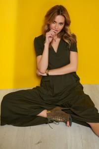 Sukienka maxi z dekoltem w serek khaki M549