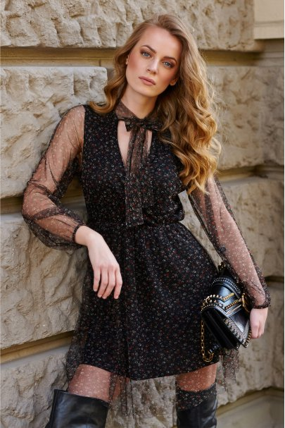 Tiulowa sukienka z motywem...