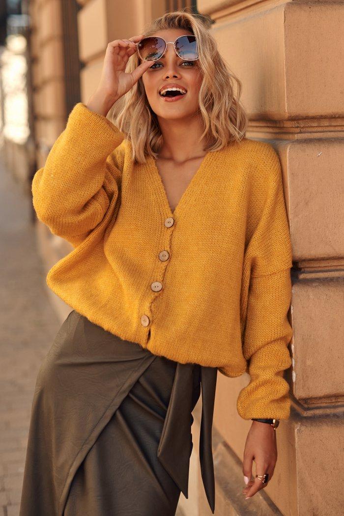 Sweter damski w serek z guzikami musztardowy S110