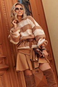 Luźny sweter w paski ze ściągaczami beż-camel S106