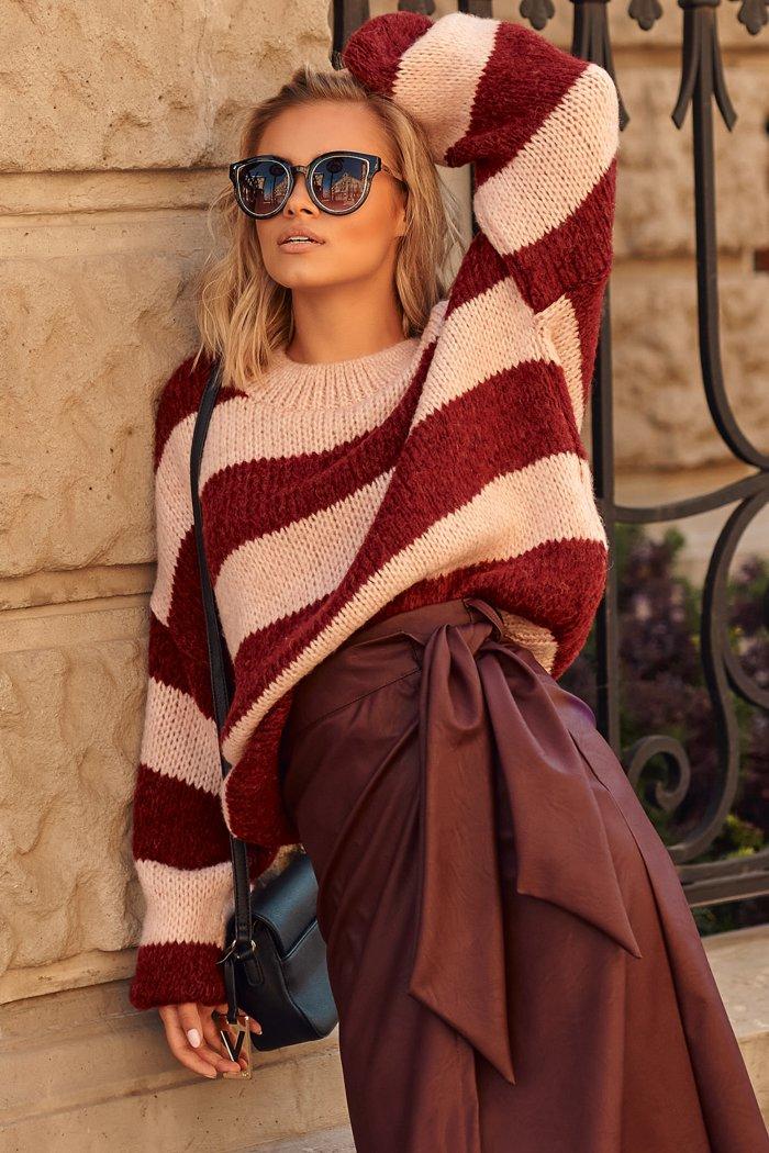 Luźny sweter w paski ze ściągaczami róż-bordo S106