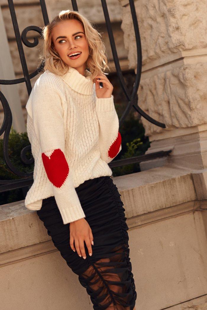 Sweter z golfem i sercami na rękawach ecru S104