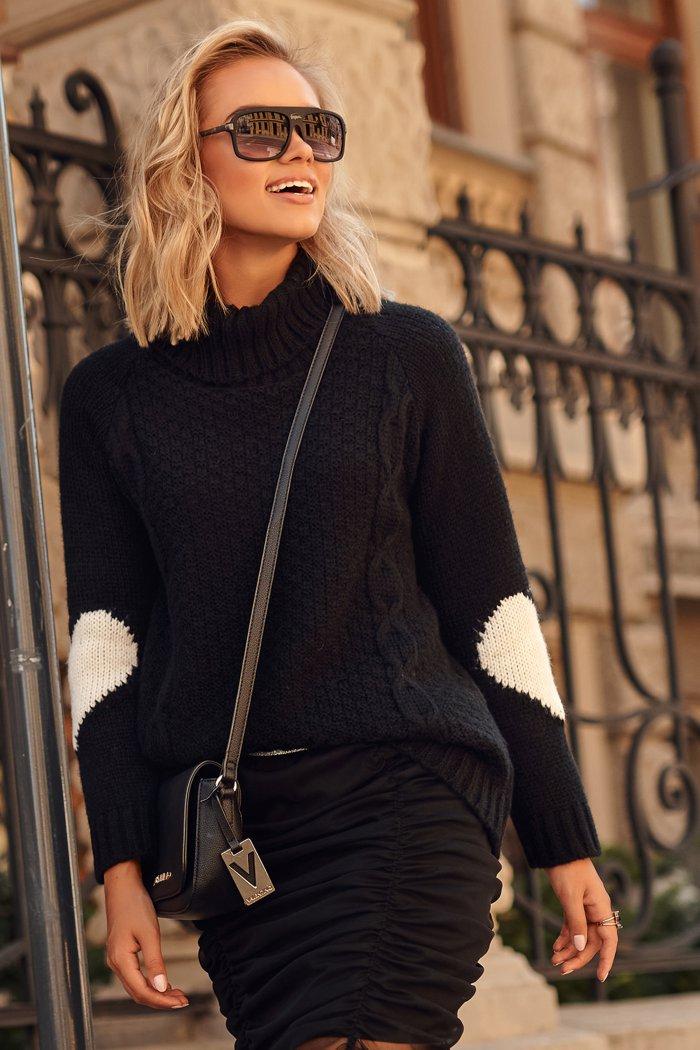 Sweter z golfem i sercami na rękawach czarny S104