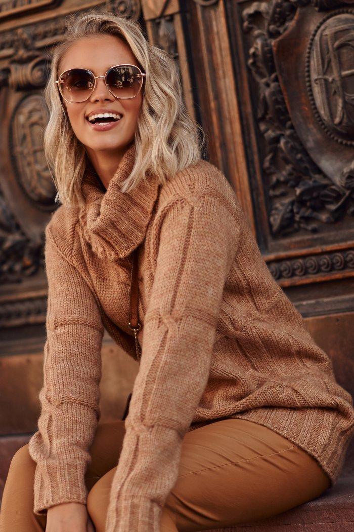 Sweter damski z golfem camelowy S107