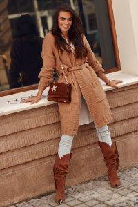 Długi sweter z paskiem i kieszeniami camel NU_S76