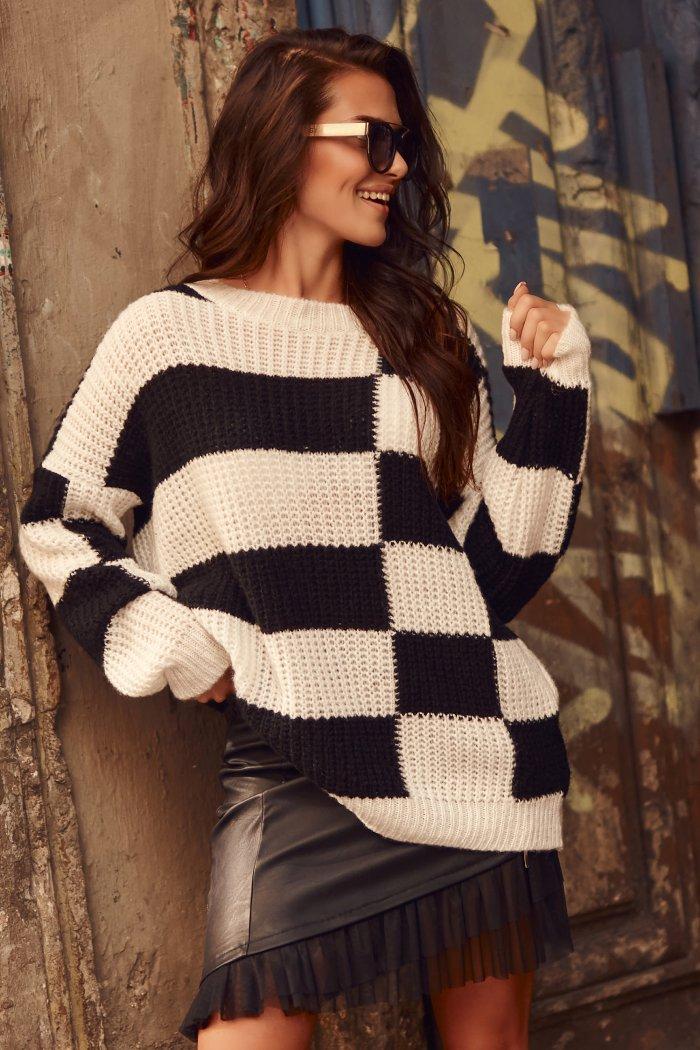 Sweter w asymetryczne pasy ecru-czarny NU_S78