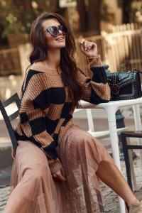 Sweter w asymetryczne pasy camel-czarny NU_S78
