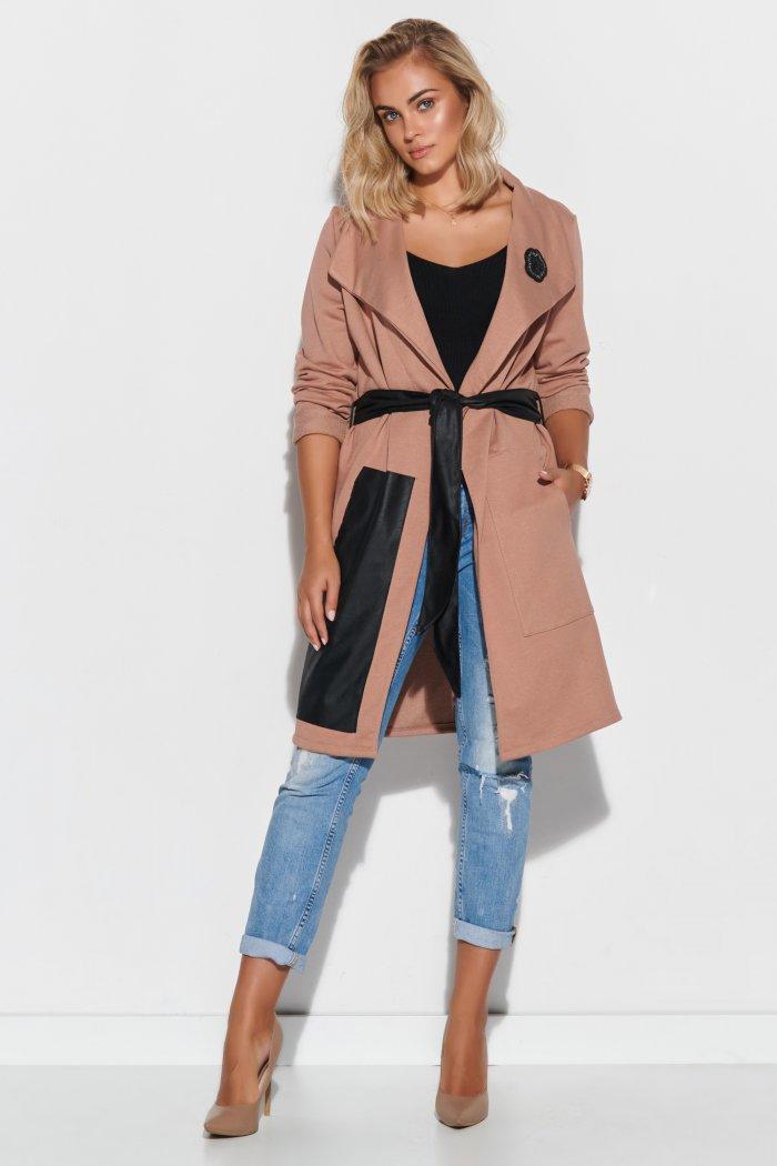Dresowy płaszcz damski z elementami z eko-skóry i aplikacją cappuccino M596