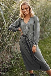 Luźna sukienka damska z paskiem khaki M580