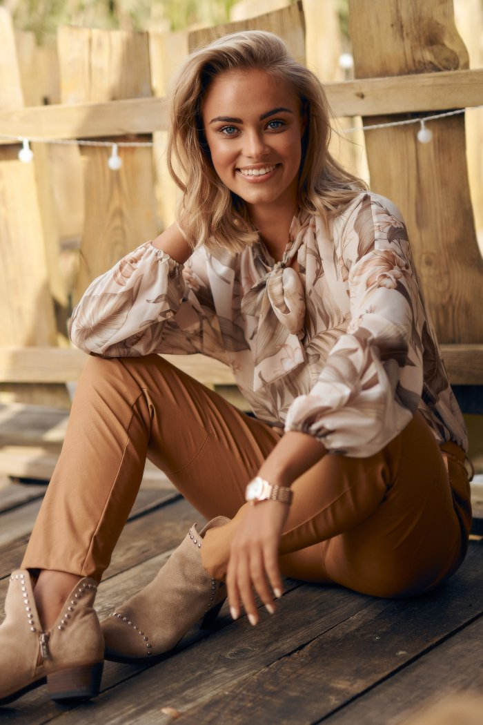 Klasyczne spodnie damskie z ekoskóry camelowe M617