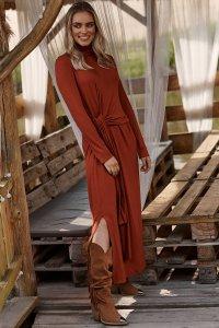 Sukienka wiskozowa z marszczonym golfem i wiązaniem ceglasta M676