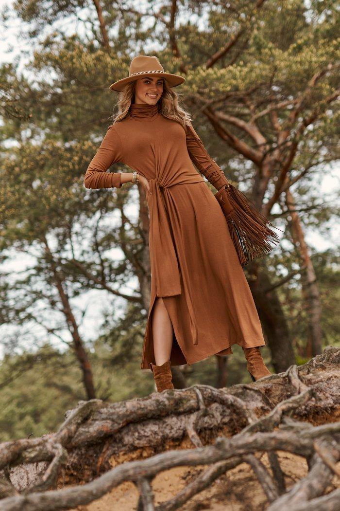 Sukienka wiskozowa z marszczonym golfem i wiązaniem camelowa M676