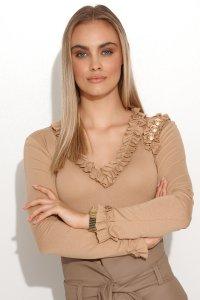 Elegancka bluzka damska z falbankami i złotymi guzikami beżowa M702
