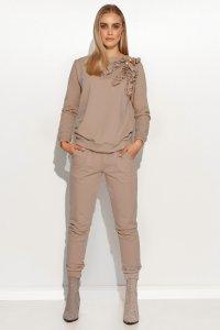 Klasyczny komplet dresowy damski z falbankami i złotymi guzikami cappuccino M706
