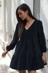Krótka welurowa sukienka z ozdobną aplikacją czarna NU361