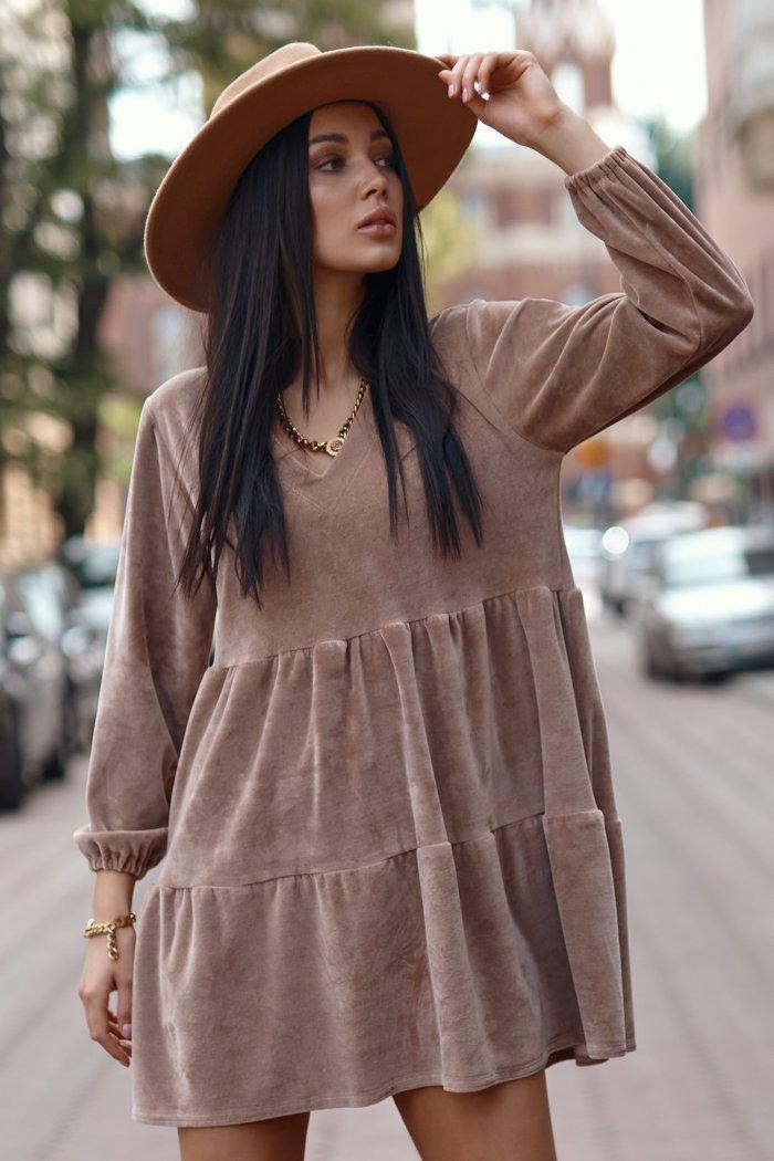 Krótka welurowa sukienka z ozdobną aplikacją beżowa NU361