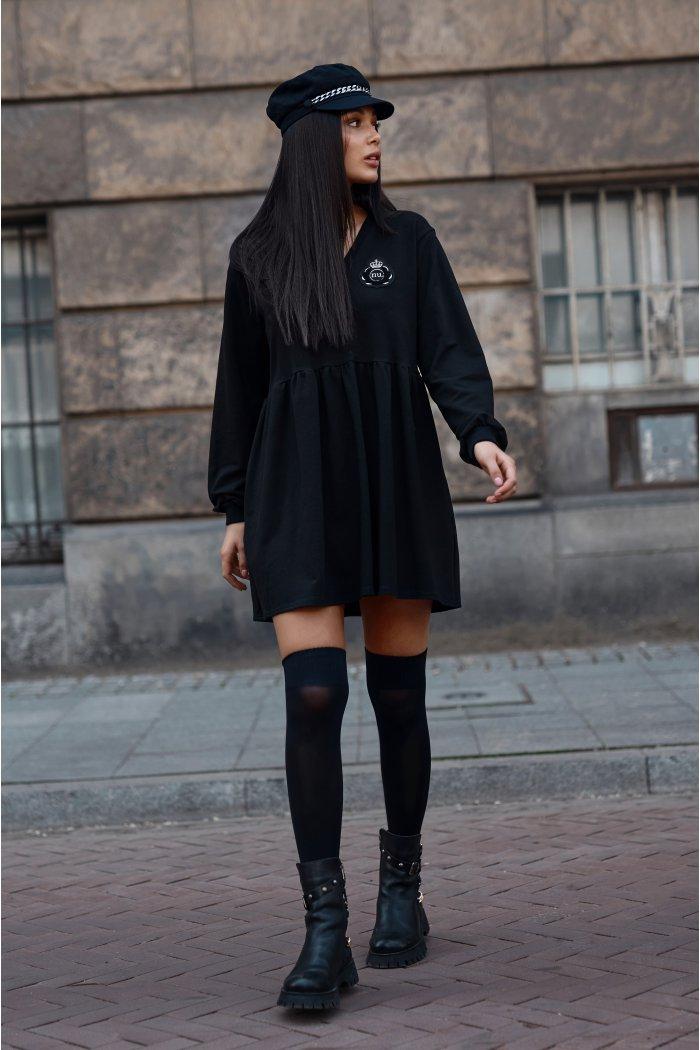 Dresowa sukienka mini z ozdobną aplikacją czarna NU362