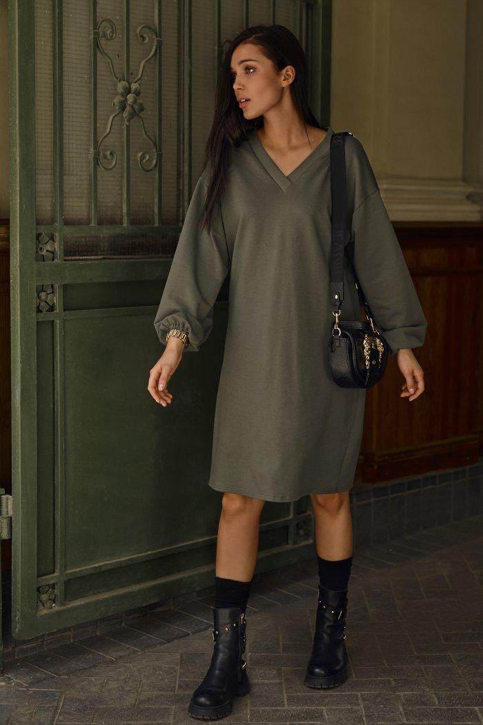 Dresowa sukienka oversize z dekoltem w serek khaki NU364