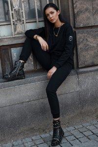 Dresowy komplet damski z naszywką na rękawie czarny NU379