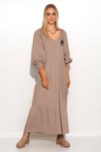 Długa sukienka dresowa z bufiastymi rękawami i ozdobną aplikacją cappuccino M690