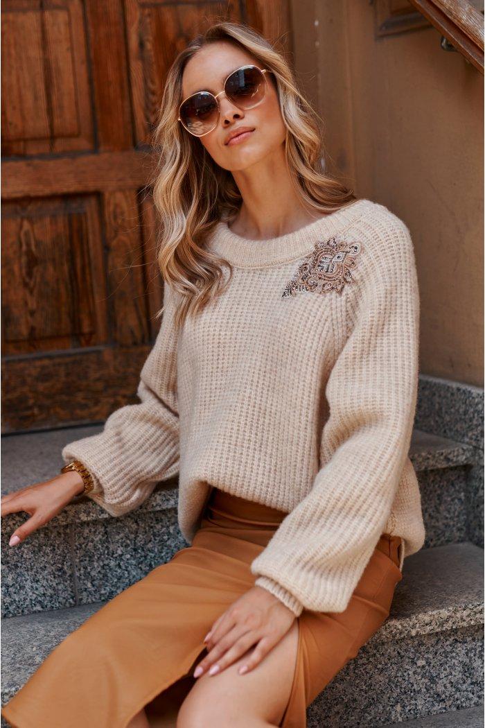Moherowy sweter z błyszczącą naszywką jasny beż S116