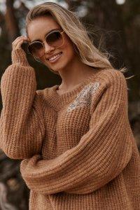 Moherowy sweter z błyszczącą naszywką ochra S116