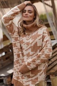 Długi sweter damski pepitka z golfem jasny beż-ochra S118