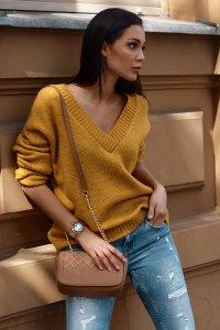 Luźny sweter damski z dekoltem w serek musztardowy NU_S82