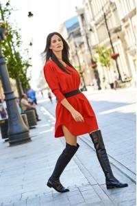 Sukienka czerwona z ozdobną taśmą w talii NU118