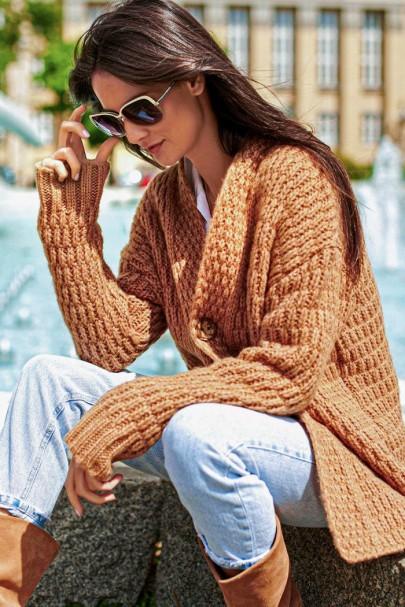 Sweter camelowy z guzikiem...