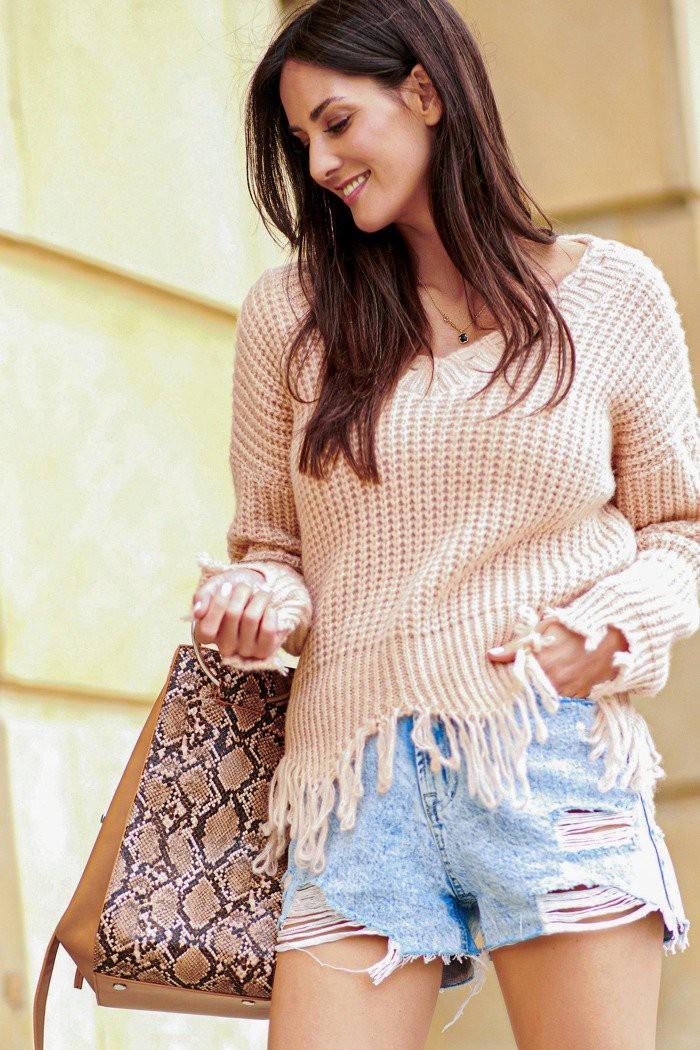Sweter pudrowy róż z frędzlami NU_S67