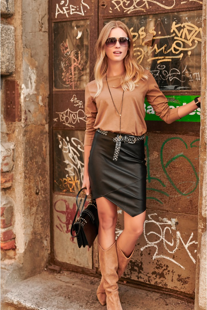 Sukienka z dołem z eko-skóry cappuccino NU239