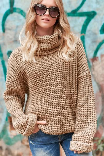 Sweter z golfem orzechowy...