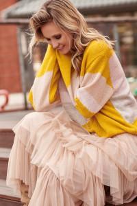 Kolorowy sweter musztardowy S96