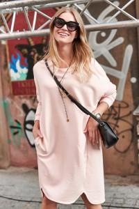 Pudrowa oversizowa sukienka NU270